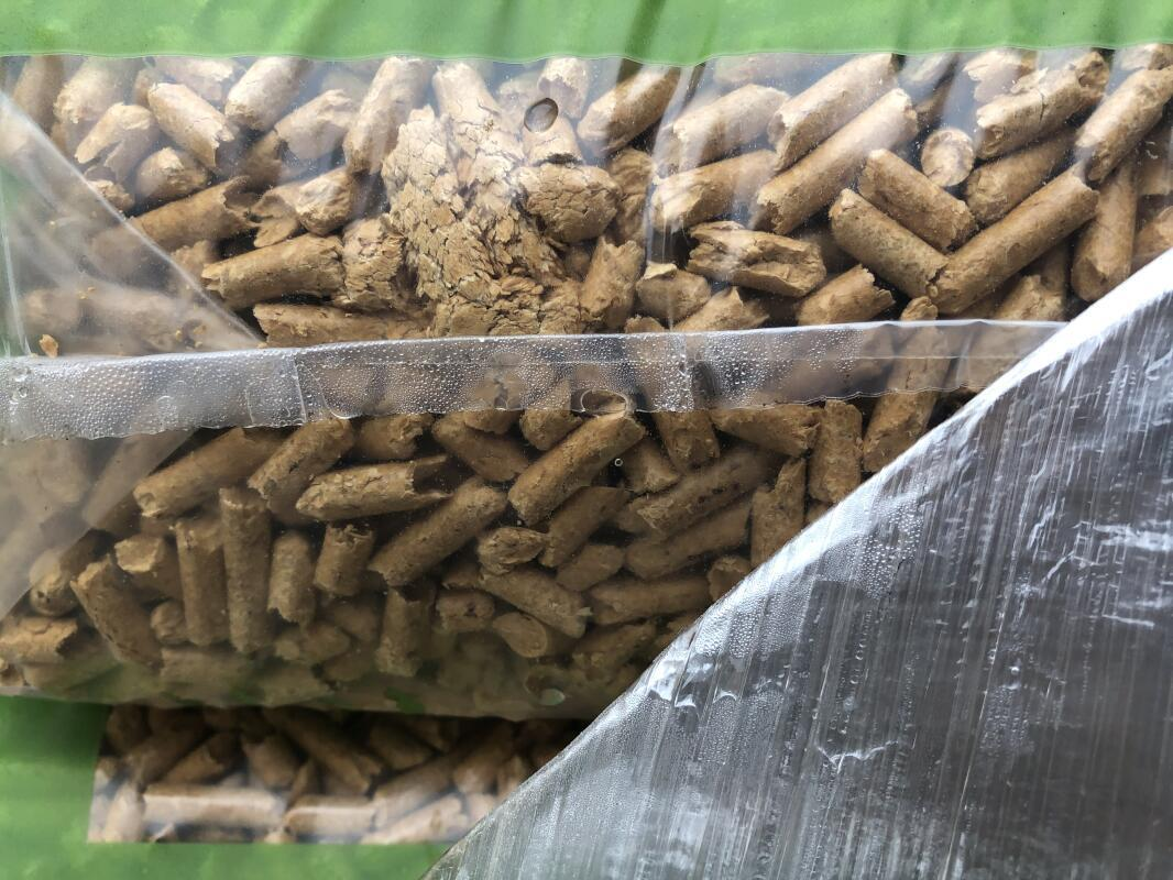 Detail vlhkosti poskozene drevene pelety v pytli