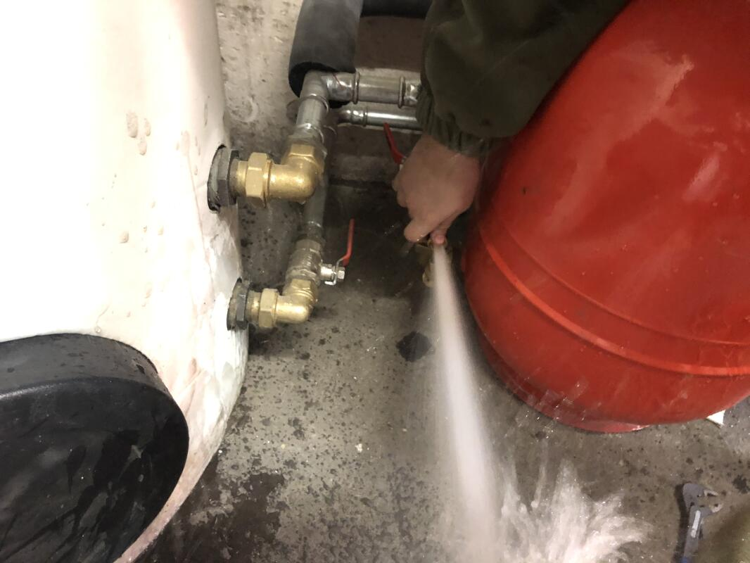 Nespravne vypousteni vody z expanzni nadoby