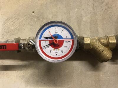 Tlak vody v systemu - tlakomer - nahled