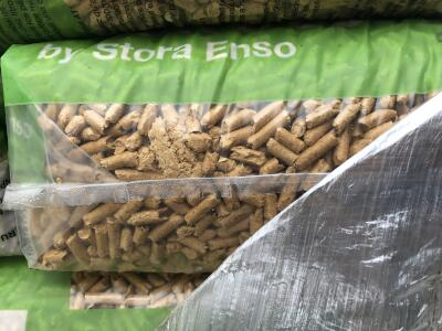 Vlhkosti poskozene drevene pelety v pytli - nahled